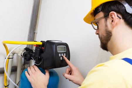 filtración: fontanero configurar sistema de filtración de agua