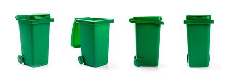 basura: Cubo de basura verde wheelie aislado sobre fondo blanco Foto de archivo
