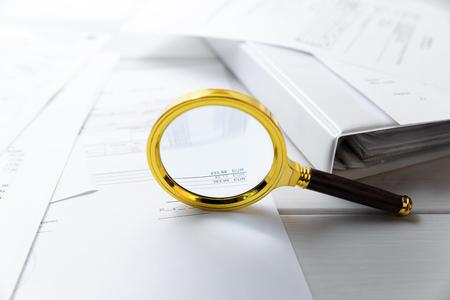 監査の概念 - 虫眼鏡とビジネス文書