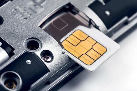 Inserire la carta SIM nel telefono astuto Archivio Fotografico - 85023438