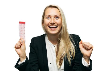 gelukkige vrouw met gelukkig loterijkaartje dat ter beschikking op witte achtergrond wordt geïsoleerd Stockfoto