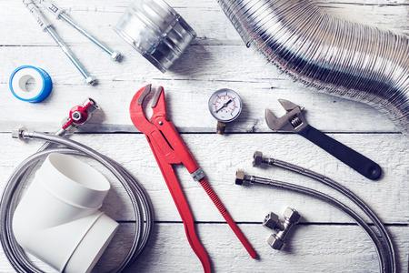 strumenti idraulici e accessori sul tavolo di legno. vista dall & # 39 ; alto