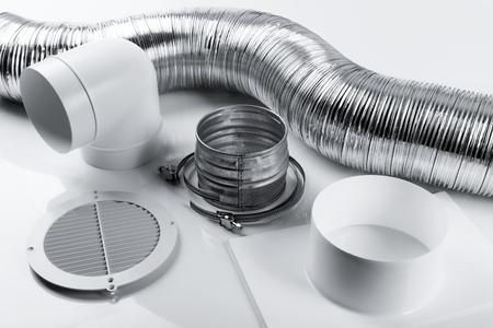 elementy systemu wentylacji i złącza na białym tle