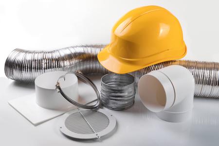 Lüftungsanlagen und Helm auf weißem Hintergrund Standard-Bild - 89327712