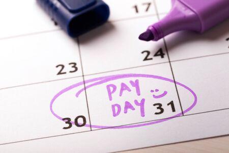 betaaldag concept kalender met marker en omcirkelde dag van salaris Stockfoto