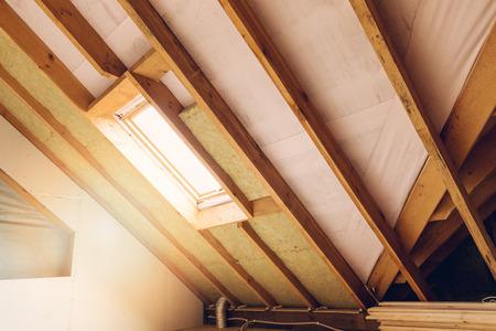 huis zolder in aanbouw mansard muur isolatie met steenwol