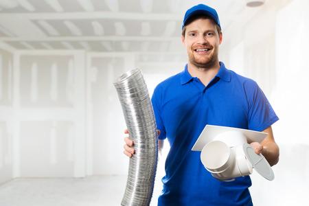 Technik HVAC gotowy do zainstalowania systemu wentylacji we własnym zakresie