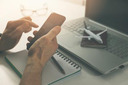 Reiseplanung - mit Smartphone für Online-Flugticket- und Hotelbuchung