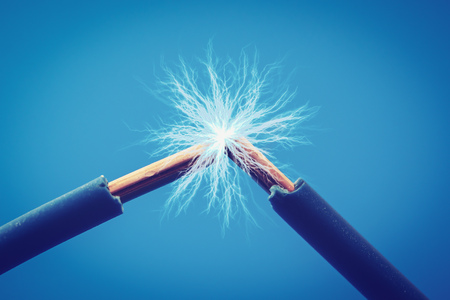fils électriques, étincelles, gros plan