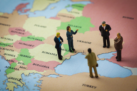 figurines standing on the europe map around the azov and black sea 免版税图像