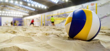 Indoor-Beachvolleyball. Ball im Sand mit Textfreiraum
