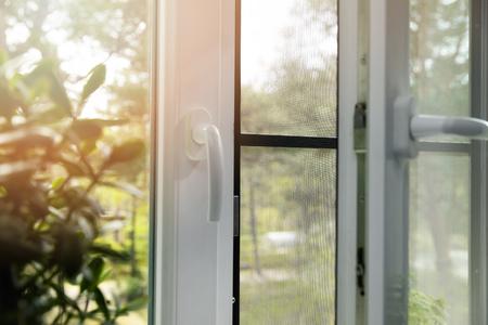 Fenêtre en pvc en plastique ouverte avec moustiquaire installée Banque d'images