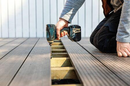 terrace deck construction - man installing wpc composite decking boards Standard-Bild
