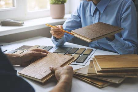 seller tells about 3 layer parquet floor to customer Standard-Bild