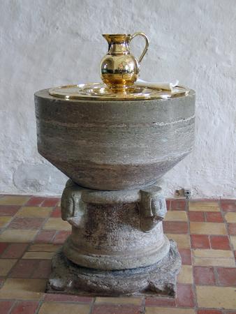 Vista completa de una pila bautismal en una iglesia luterana  Foto de archivo
