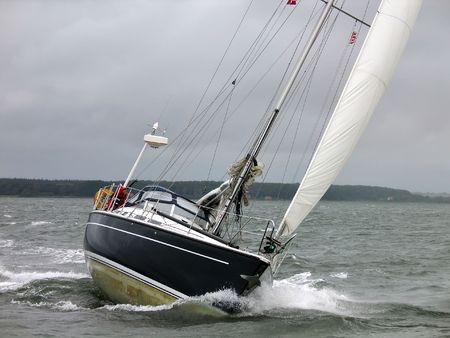 bateau de course: Yacht de course dans un vent sombre journ�e d'hiver  Banque d'images