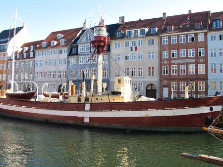 Faro de barco en Copenhague \ 's canales de agua  Foto de archivo - 2649583