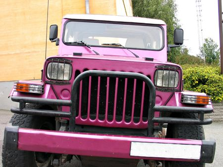 Ready for adventure - front view of a pink off road jeep Standard-Bild