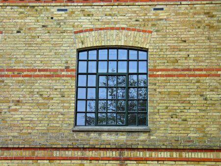 erde gelb: Gelbe Erde Farben Ziegel-Mauer und ein Fenster