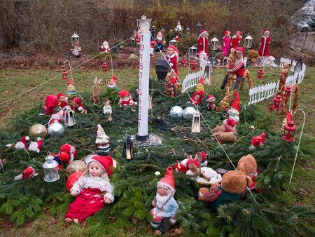 garden gnome: Christmas Garden Gnomes Holiday background