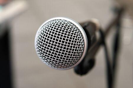 Micrófono en el escenario de la imagen de fondo de gran espectáculo de ver detalle        Foto de archivo
