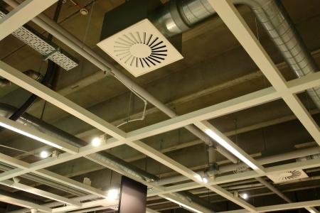 duct: Tuber�as de sistema de ventilaci�n en la ceilling de una f�brica moderna planta edificio Foto de archivo