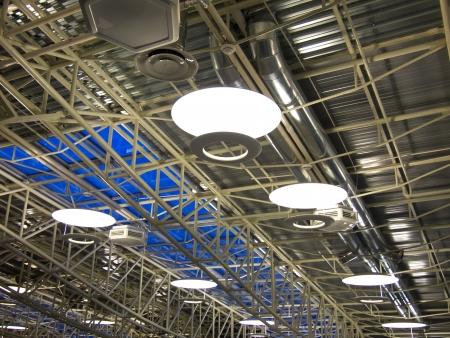 Techo de una fábrica industrial moderna con sistema de ventilación