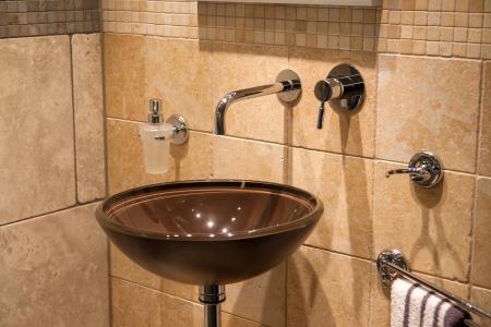 Hermoso Amplio y moderno baño clásico diseño de moda con elementos de cerámica de piedra en hogar de lujo Foto de archivo - 18030941