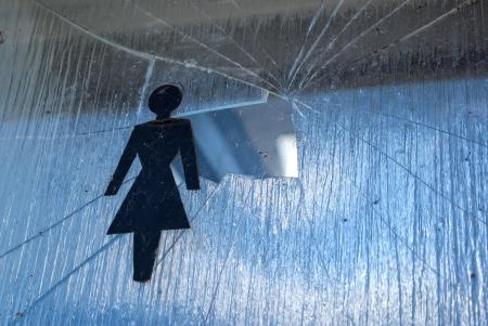 violencia intrafamiliar: La violencia doméstica contra la mujer - la imagen simbólica de cristales rotos y un signo de la mujer