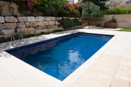Moderne achtertuin van een huis met een luxe zwembad Stockfoto