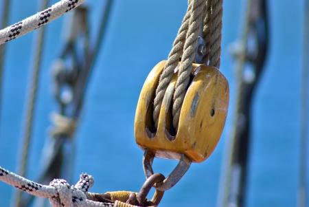 polea: Polea para las velas y cuerdas hechas de madera en un viejo barco de vela