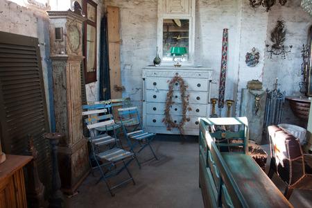 muebles antiguos: Antigüedades clásicas de época compras con muchos elementos antiguos atractivos Editorial