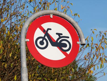 prohibido: Firmar el tr�fico de prohibici�n del paso de motos scooters prohibido Foto de archivo