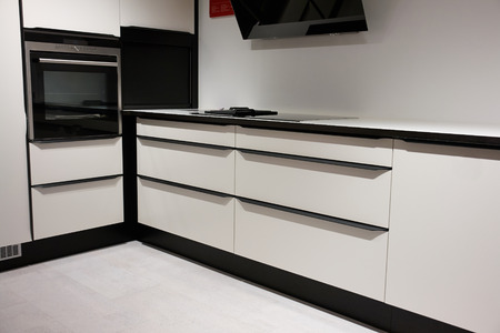 Modern design trendy ingerichte keuken met zwart en wit royalty