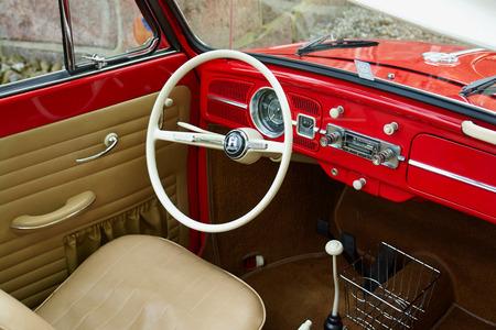 escarabajo: Dentro de un famoso de la vendimia bien cuidado automóvil alemán Volkswagen escarabajo de VW