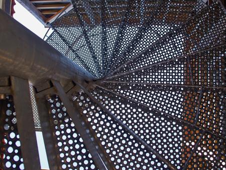 Upside Ansicht einer Wendeltreppe aus Metall Architektur abstrakt Hintergrundbild Standard-Bild