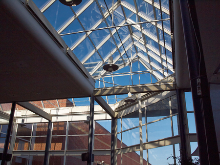 맑은 파란 하늘 배경으로 현대 건물의 유리 지붕