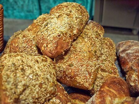 comiendo pan: Freshly baked homemade whole wheat bread served on a breakfast table Foto de archivo