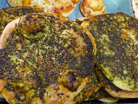 Zaatar 중동 아랍 요리 Manakish 평평한 빵 스톡 콘텐츠