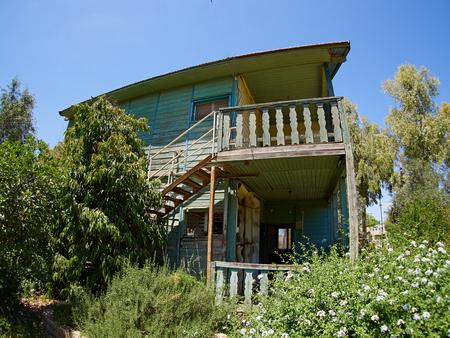 Oude verweerde verlaten westerse koloniale stijl houten huis loods Stockfoto