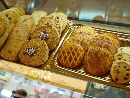 パン屋の販売のため各種の新鮮なおいしいクッキーのグループ