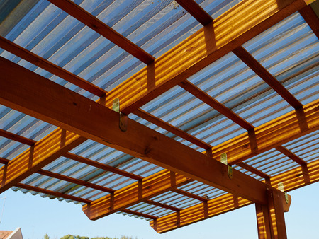Holzpergola im modernen Design auf einer Terrasse mit Himmelshintergrund