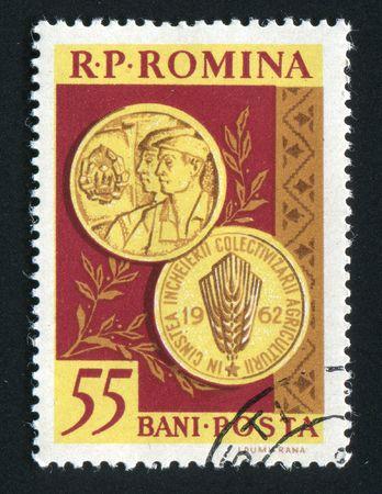 communistic: Rumania - CIRCA 1962: S�mbolos de la Rumania comunista, los trabajadores y campesinos, alrededor de 1962.  Editorial