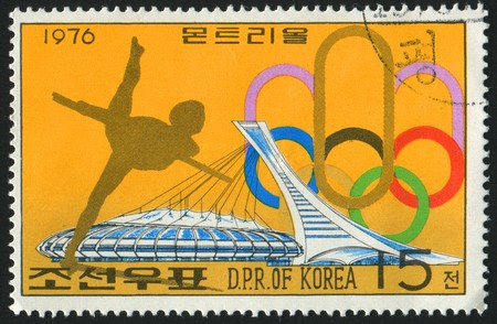 figure skate: Corea - CIRCA 1976: sello impreso por Corea, muestra las mujeres figura skate, alrededor del a�o 1976.