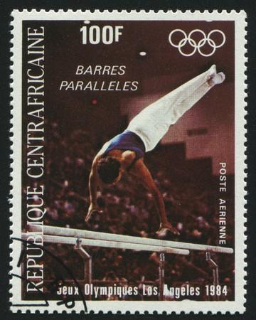 deportes olimpicos: República Centroafricana - CIRCA 1984: sello impreso por la República Centroafricana, muestra la gimnasta, alrededor del año 1984.  Editorial