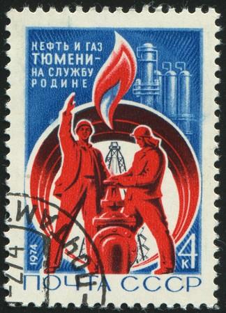 petrochemistry: RUSSIA - CIRCA 1974: sello impreso por Rusia, muestra Derrick de petr�leo y de los trabajadores, alrededor del a�o 1974.
