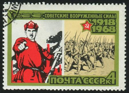 the liberator: RUSSIA - CIRCA 1968: timbro stampato dalla Russia, mostra poster armata come liberatore, circa 1968.