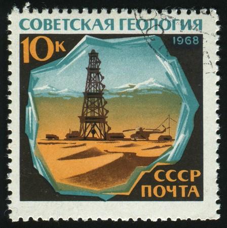 petrochemistry: Rusia - CIRCA 1968: el aceite de la muestra de sello impreso por Rusia, derrick, alrededor de 1968.  Foto de archivo
