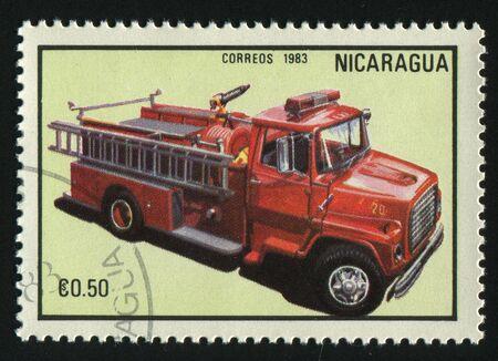 NICARAGUA - alrededor de 1983: Sello impreso por Nicaragua, cami�n de bomberos de espect�culos, en 1983. Foto de archivo - 8913591