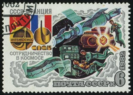 RUSSIA - CIRCA 1982: timbro stampato dalla Russia, mostra Intercosmos cooperativa programma spaziale (USSR-Francia), cosmonauti, intorno al 1982. Archivio Fotografico - 8987775